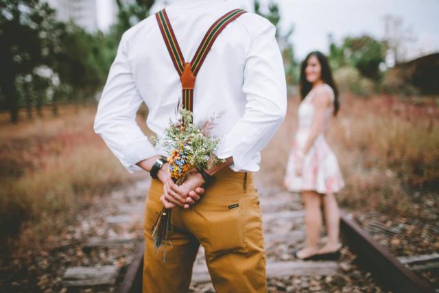 花束を渡そうとしている男性